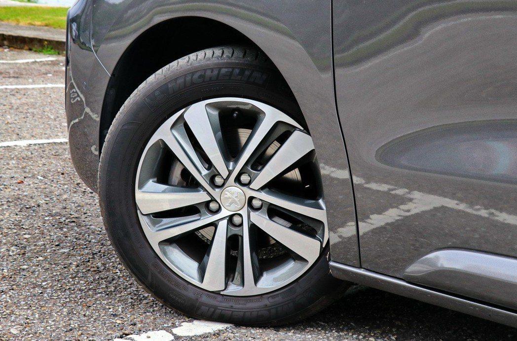 配備17吋輪圈,僅旗艦版以上車型才為鋁圈。 記者陳威任/攝影