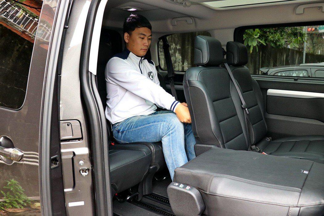 後座座椅以成年男性而言算是非常充裕。 記者陳威任/攝影