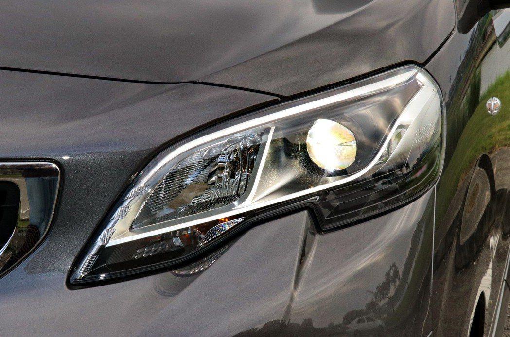 具備轉向輔助照明功能的HID頭燈,搭配上整合在內的LED日行燈,讓車頭感受更加炯...