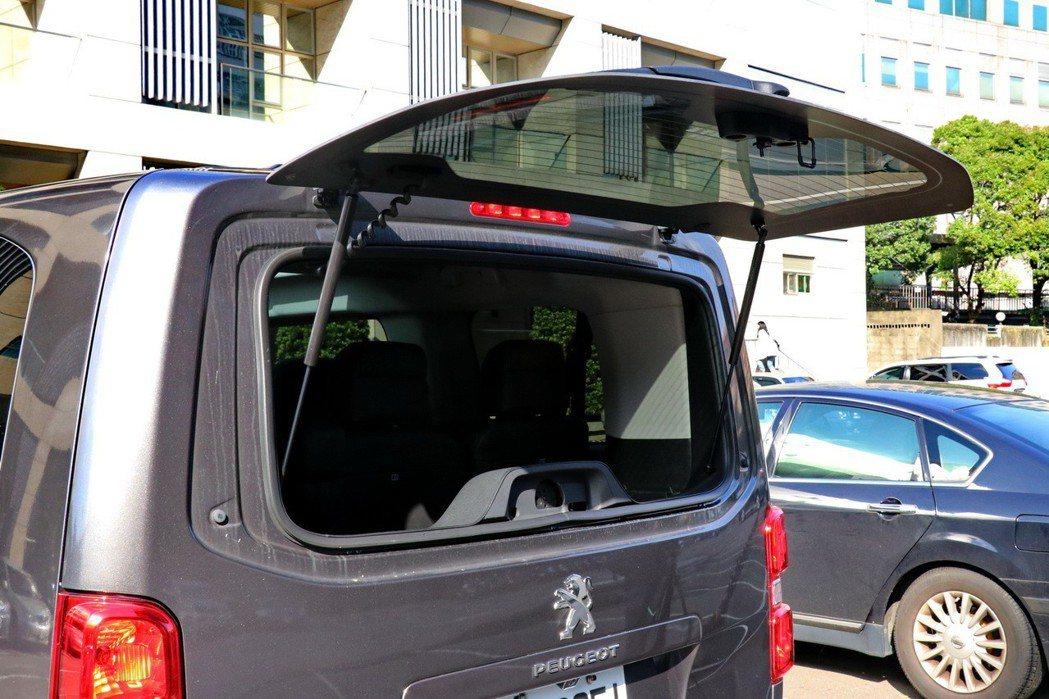 尊爵版以上車型更擁有後窗獨立可開啟功能,便於拿取車廂內上方物件。 記者陳威任/攝...