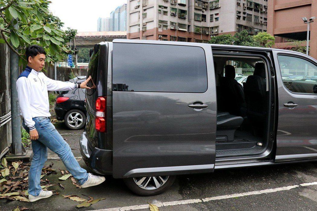 只要身上有鑰匙的情況下,站在車尾用腳滑過保桿右下方即能開啟右側電動滑門。 記者陳...