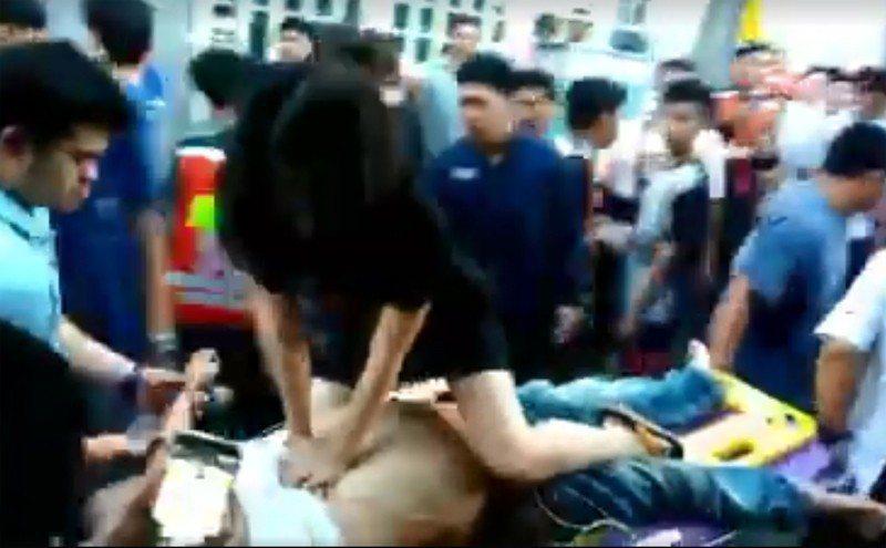 泰國一名女護理師幫傷患CPR,卻因為穿著遭到網友批評不雅觀。 圖擷自Janny ...