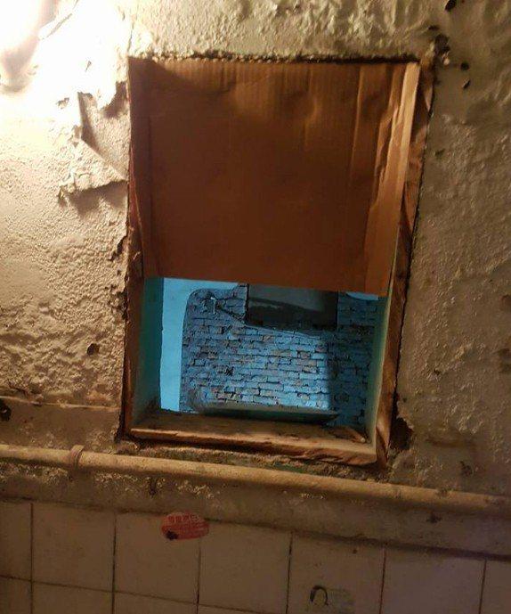 一名女網友因為鄰居整修房子,挖掉她家浴室的櫃子,造成牆壁出現一個大洞,讓她很傻眼...