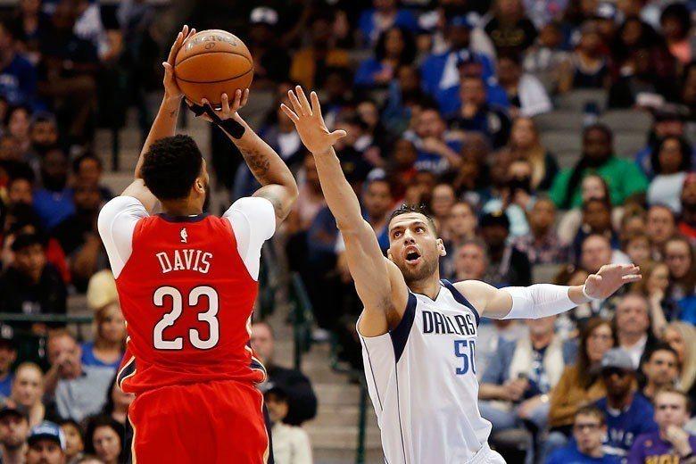 戴維斯(左)近來中距離的手感也是好得出奇,穩定的得分能力讓人不禁聯想到馬刺傳奇球...
