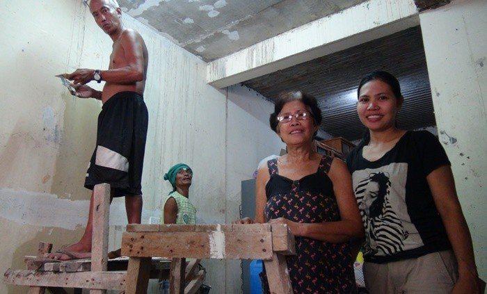 曾到台北擔任家庭看護兩年的莫加薩(右一),和同樣在國外工作的姊姊合力把自家從平房...