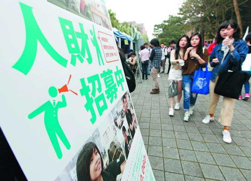 中國當局有計畫地挖角台灣年輕一代,政府應積極因應。 攝影/郭晉瑋