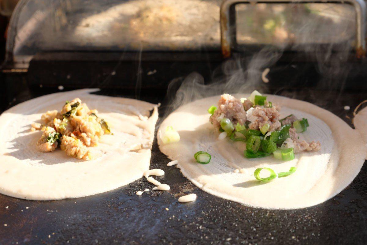 招牌泰式打拋豬肉(圖左),不敢吃辣的人也有台式風味的青蔥豬(圖右)可以任君選擇。
