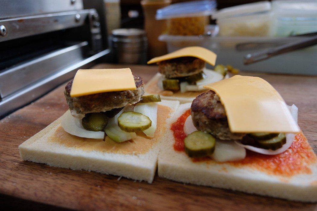 上等黑豬肉、洋蔥、蛋、麵包粉做成的漢堡肉,加上醃黃瓜、起司片,吃來飽滿多汁。