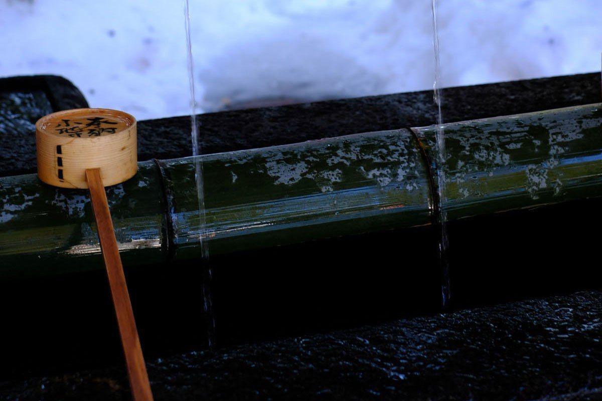 入寺院前的洗手池一般是不喝的,但因為金澤神社水質神靈,因此建議入堂前洗手之餘,也...