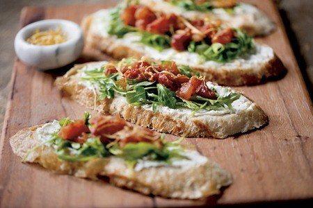 烤番茄乳酪吐司,色彩鮮豔,令人食指大動 (照片/紐約時報提供)