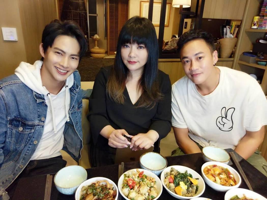 何潤東(右起)、唐綺陽、張庭瑚吃台式美食聊星座、新戲。圖/TVBS提供
