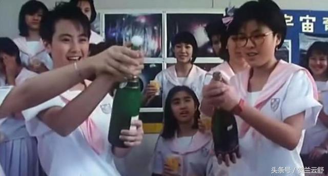 黎姿(中坐者)在「開心鬼放暑假」戲份遠不如袁潔瑩(左)與羅美薇(右)。圖/摘自微...