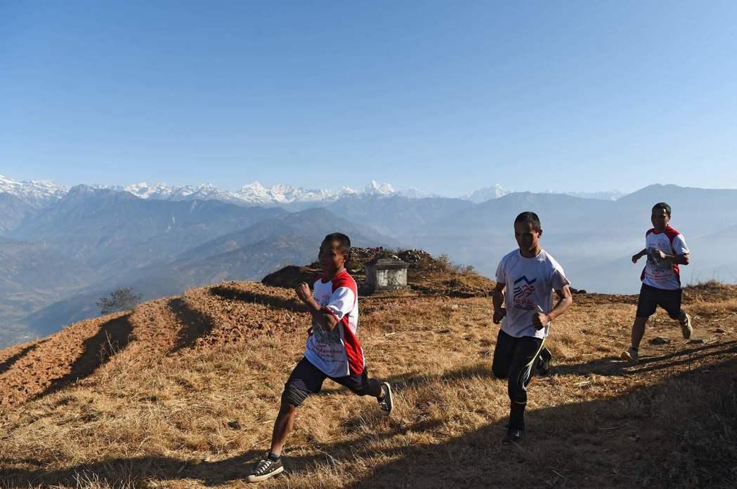 尼泊爾偏鄉辛度可村有7名僧侶每天練跑40公里,期待有朝一日在馬拉松賽中獲獎金,重...