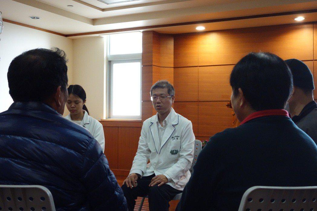 醫院臨床心理中心與腫瘤中心合作開辦免費健心房課程,透過呼吸練習等課程協助病人或家...