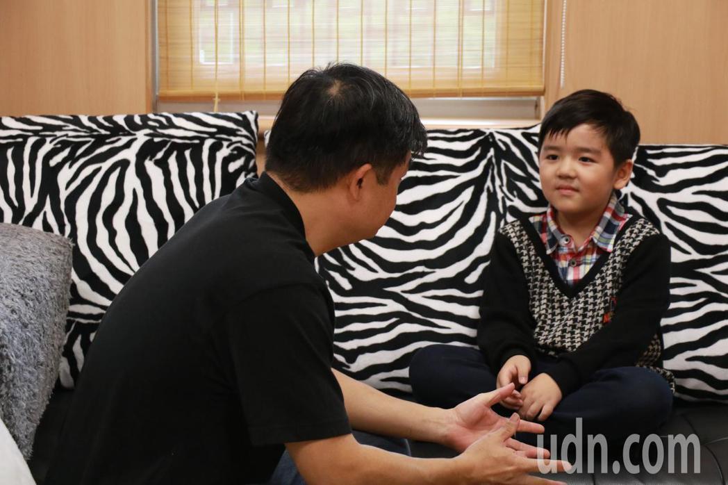 身心科醫師建議,不論孩子說什麼,不要急著教導孩子正確的方式,要先試著同理,讓孩子...