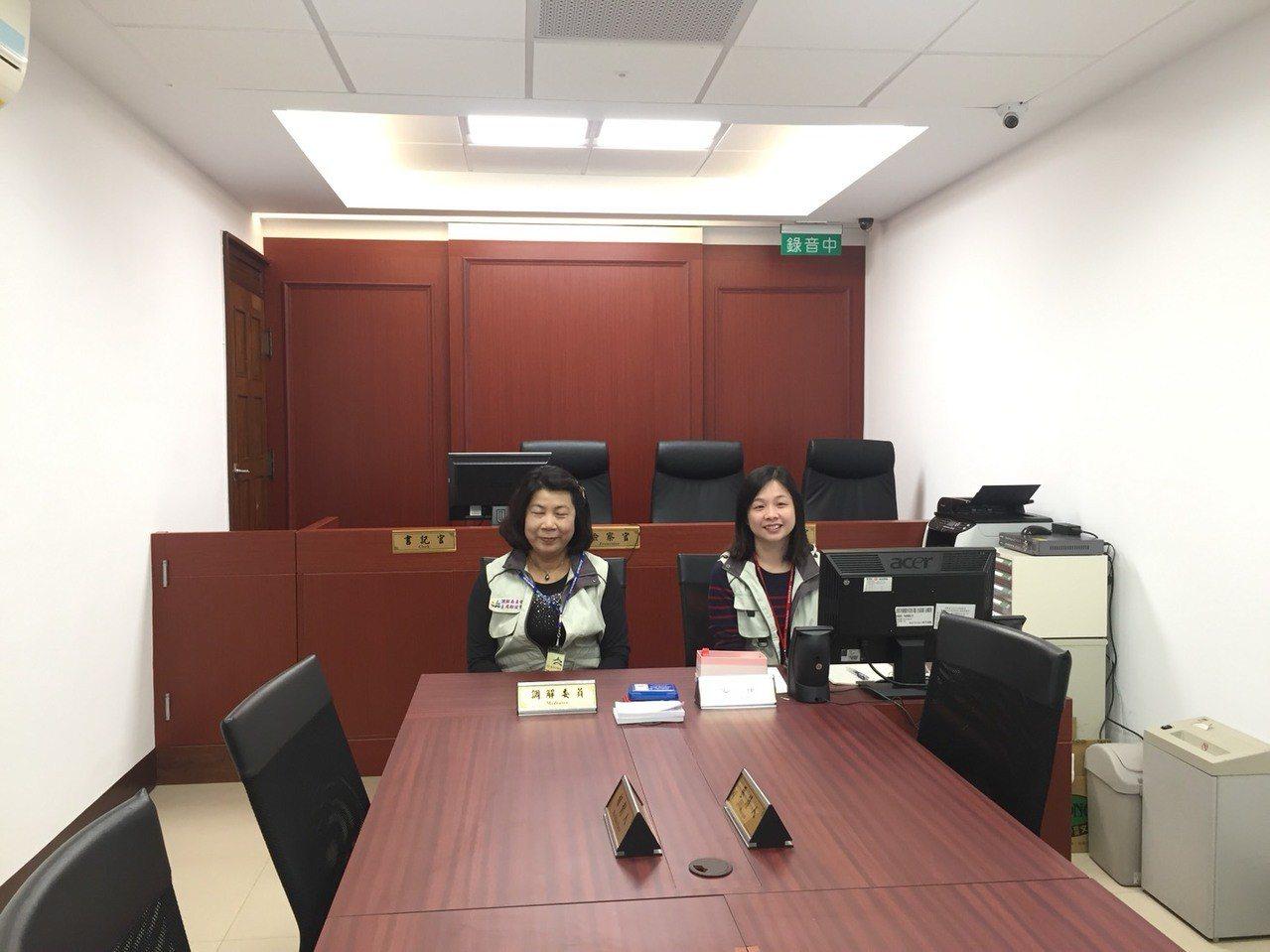 台北地檢署與台北市政府民政局合作,在北檢成立調解室,今上午於三樓舉行揭牌儀式。記...