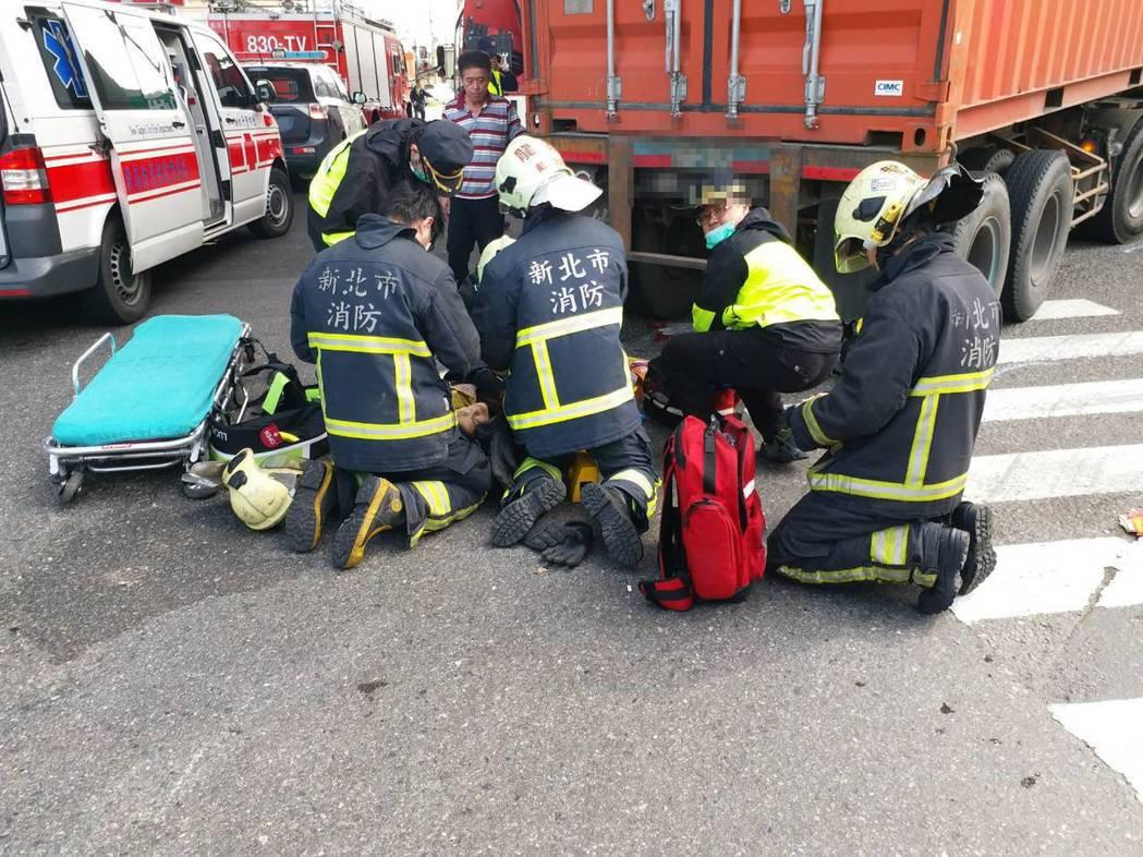 消防隊員將受困老婦救出緊急送醫。 記者林昭彰/翻攝
