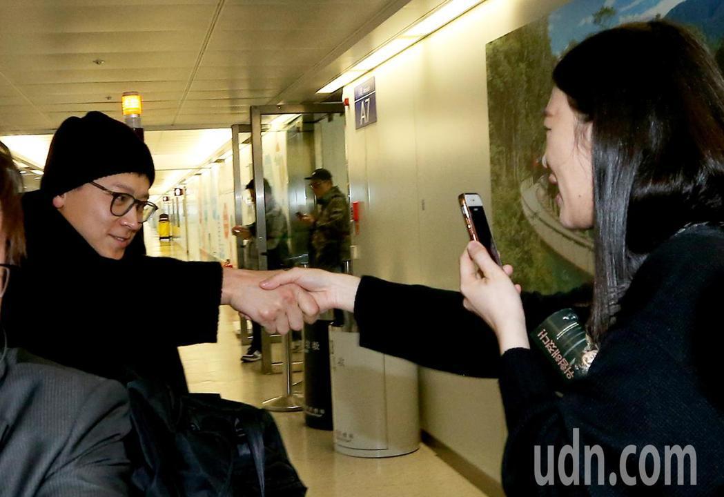 南韓藝人姜棟元(左)7日中午搭機抵達桃園機場,下機後沒有急著通關入境,先坐商務中...