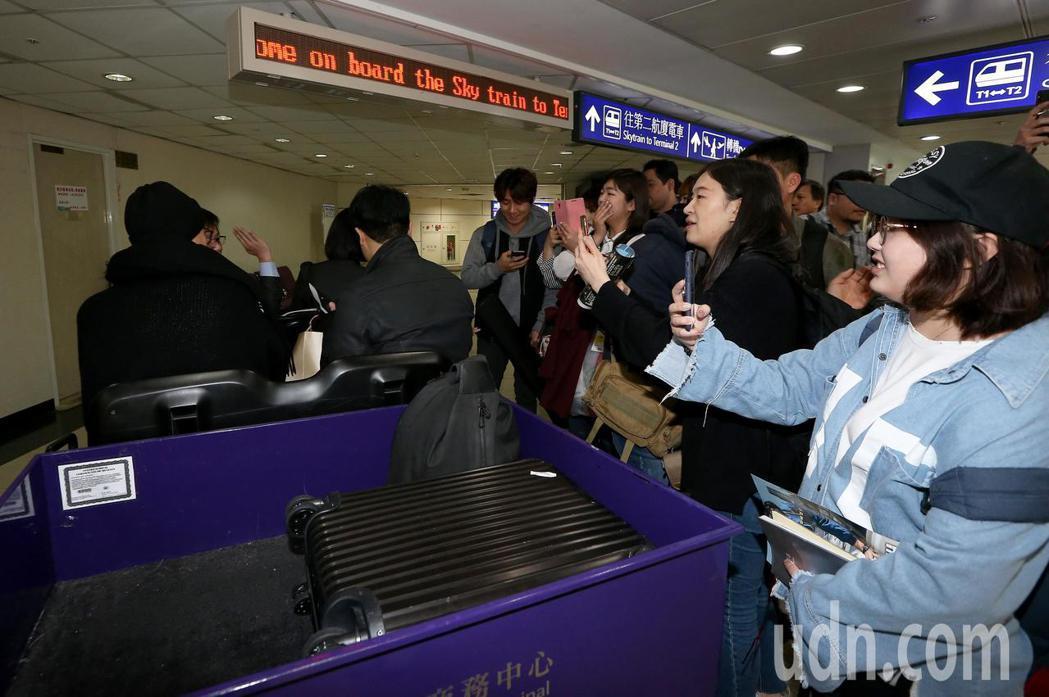南韓藝人姜棟元7日中午搭機抵達桃園機場,下機後沒有急著通關入境,先坐商務中心的電...