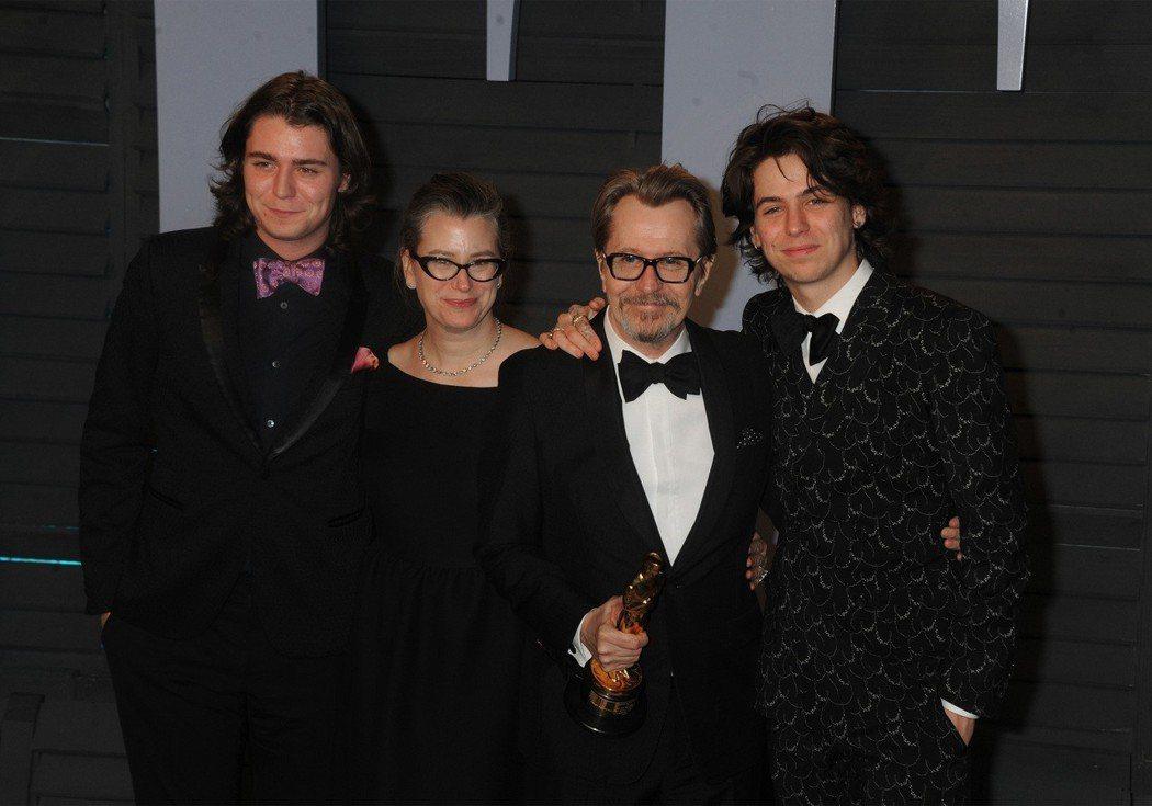 新科奧斯卡影帝蓋瑞歐德曼(右二)帶著現任妻子,和兩個兒子格列佛(左一)、查理(右