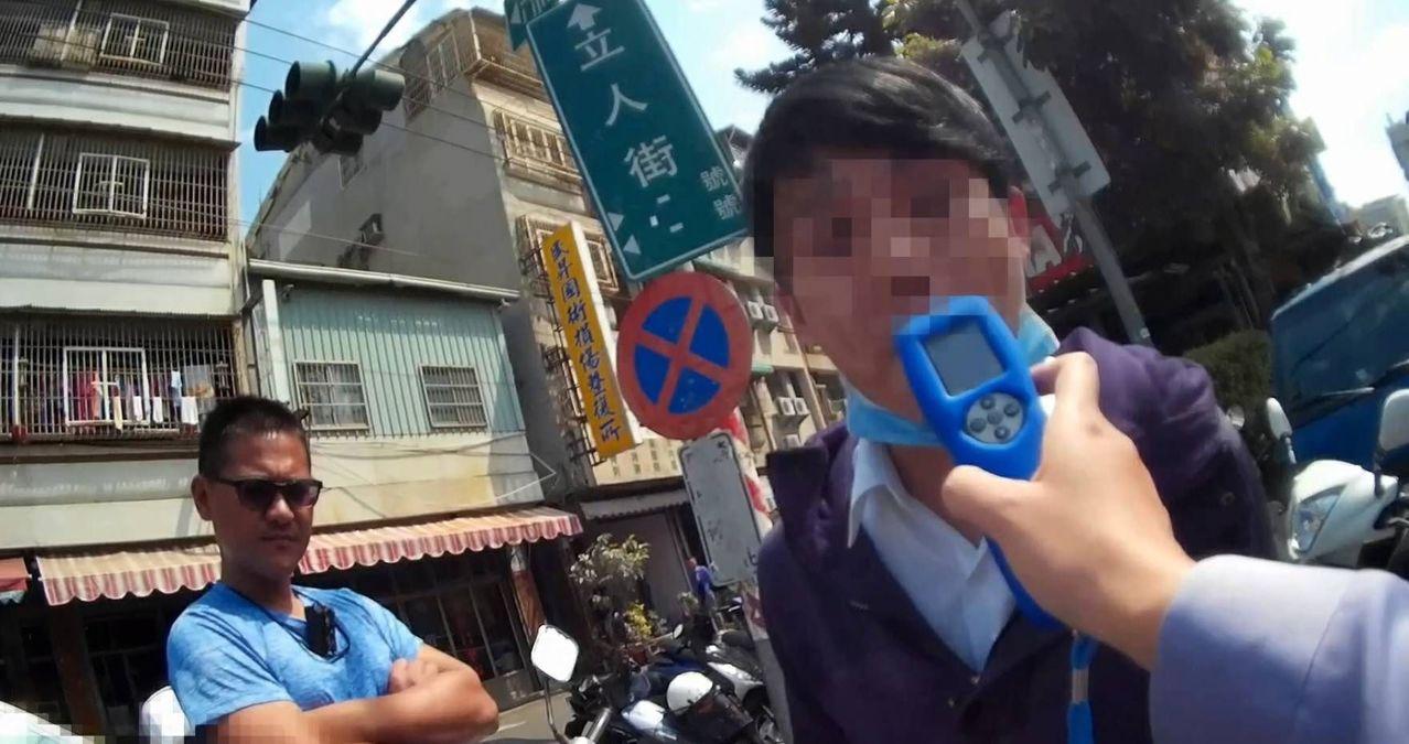 楊姓男子(右)涉嫌酒後騎車,遇警方攔下車酒測。記者林保光/翻攝