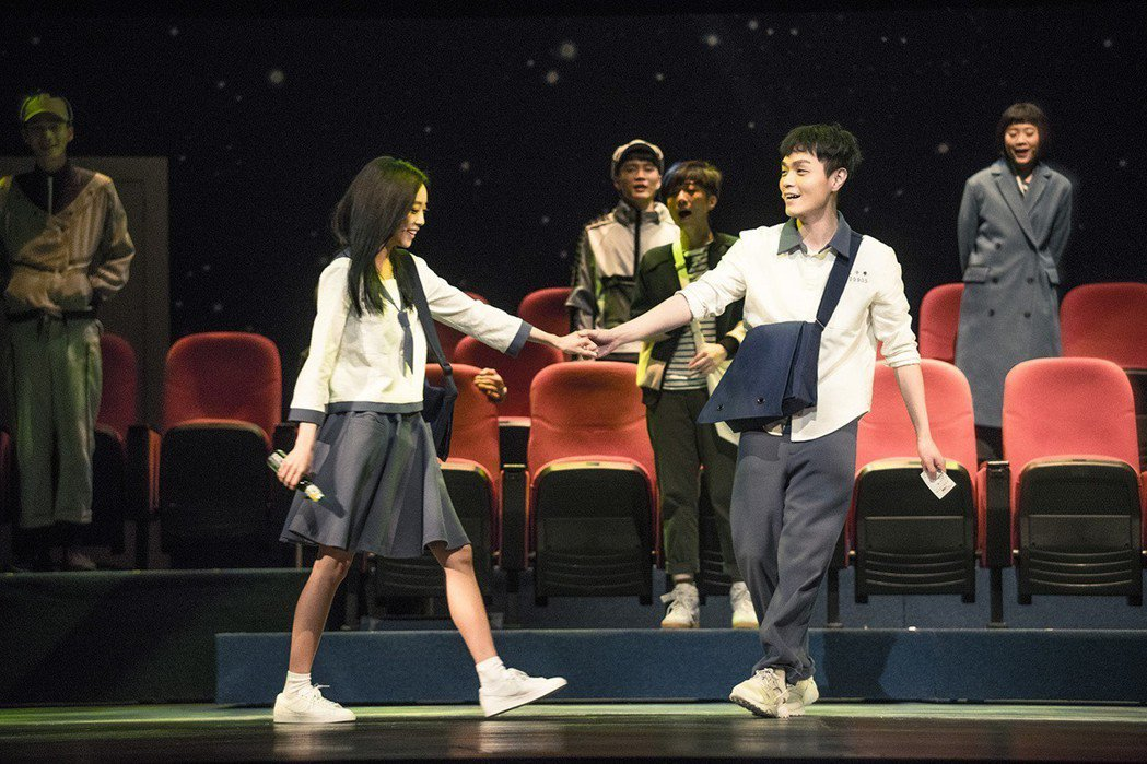 劉容嘉(左)因為音樂劇巡演從此愛上演戲。圖/時光電影院提供