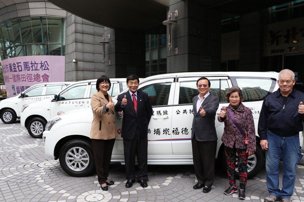 埔墘福德宮及其主委廖金順(左二)一口氣捐出3輛交通車。記者魏翊庭/攝影