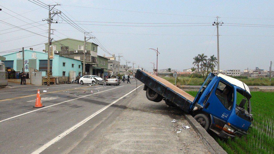 村民指白色轎車的車速快又幾乎沒煞車,警方表示車禍原因還在調查。記者謝恩得/攝影