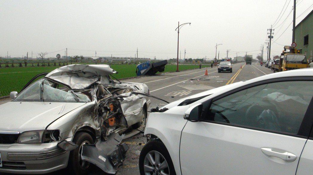 白色轎車從叉路開到145甲線,撞到小貨車後,波及對向的小轎車,造成小轎車上的印尼...
