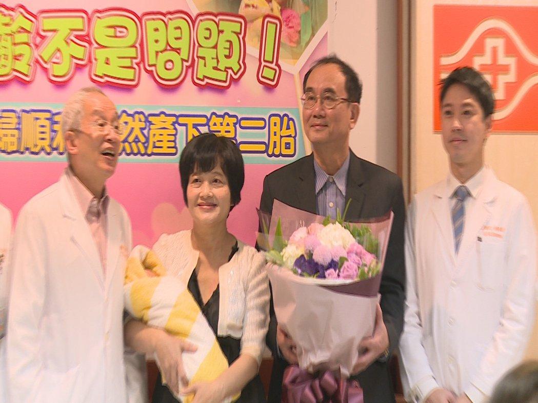 62歲的吳女士自然產下一名2930公克的男嬰,創下台灣極為罕見的紀錄。攝影/陳煜...