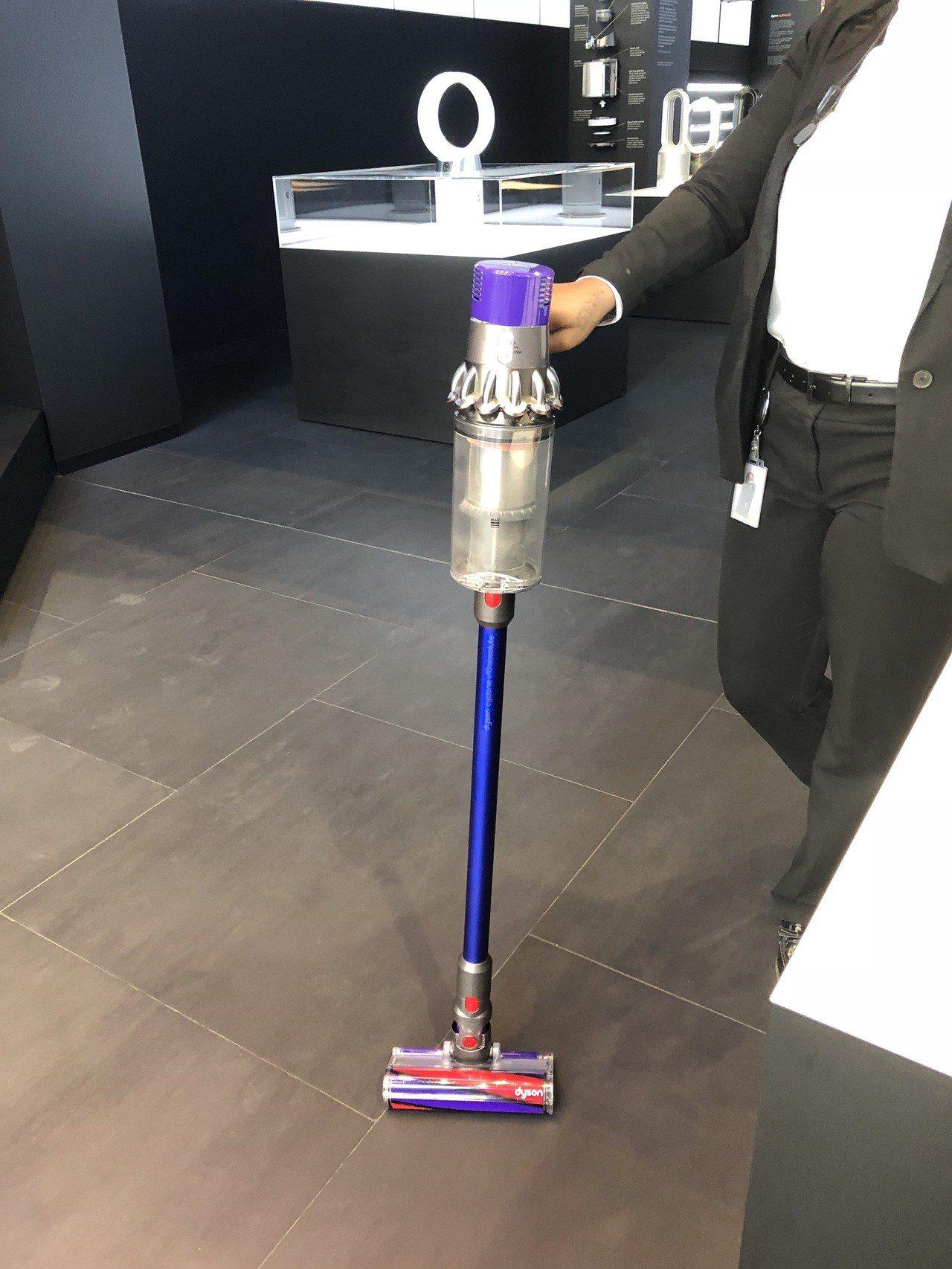 Dyson Cyclone V10一直線的集塵結構設計,讓吸力更強、手持更省力。...