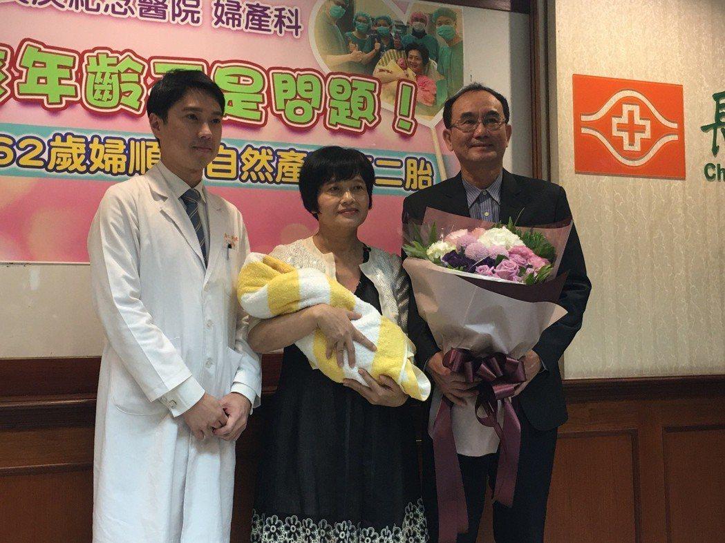 吳女士(中)還在坐月子,但今天仍帶著寶寶和先生(右)一起現身記者會。 記者鄧桂芬...