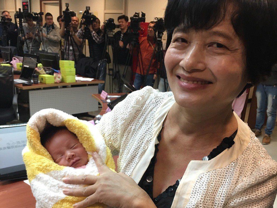 62歲吳女士自然產下第二胎,高齡得子讓全家都很開心。 記者鄧桂芬/攝影