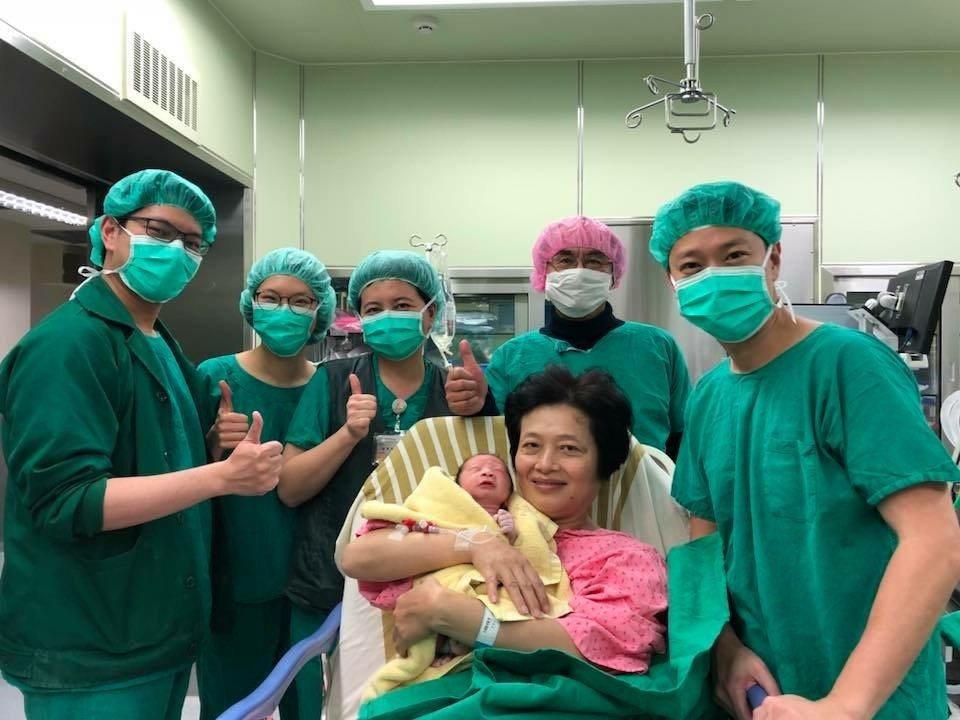 62歲吳女士今年2月25日產下第二胎,是一名健康男寶寶, 圖/長庚醫院提供