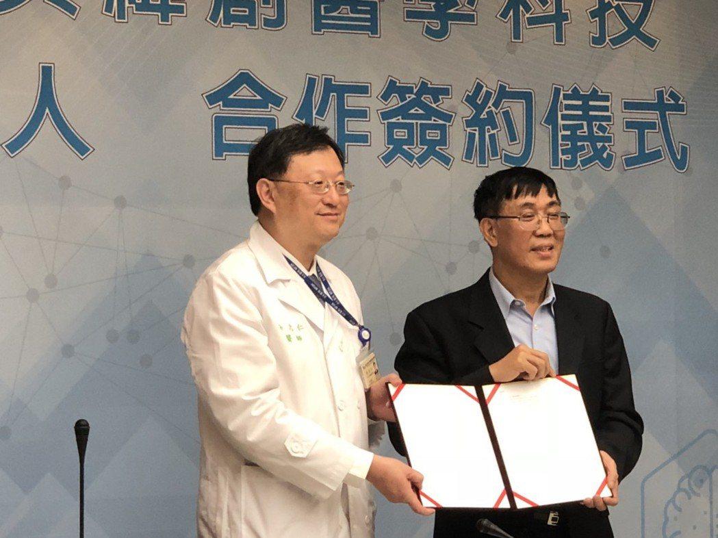 台大醫院今與緯創簽約,引進「智慧型動力式下肢外骨骼機器人」,將進行臨床實驗,作為...