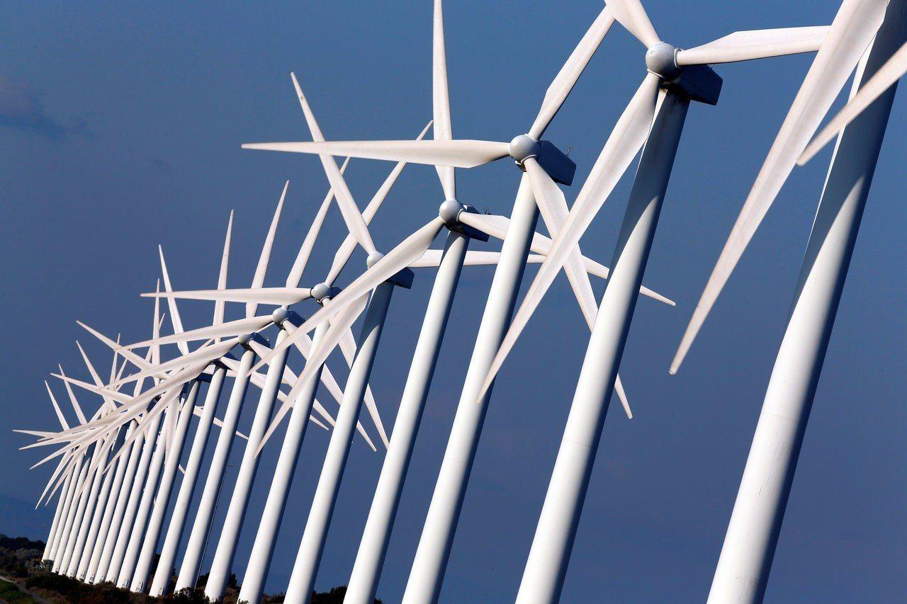歐洲隆河聖路易港附近可見風力發電機組。路透