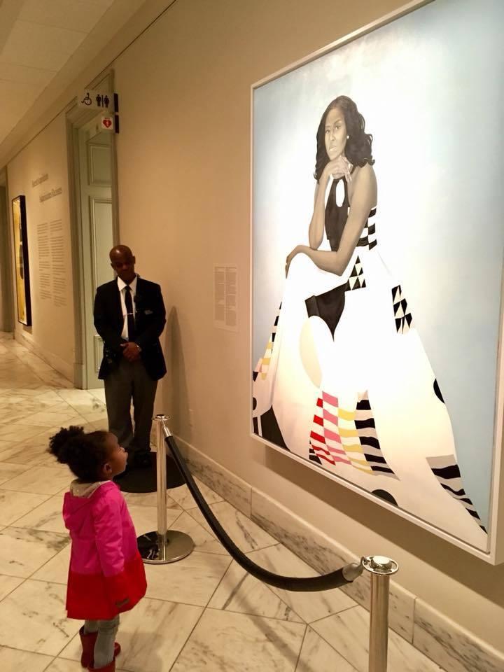 小女孩帕可盯著蜜雪兒的肖像不放。Ben Hines臉書提供