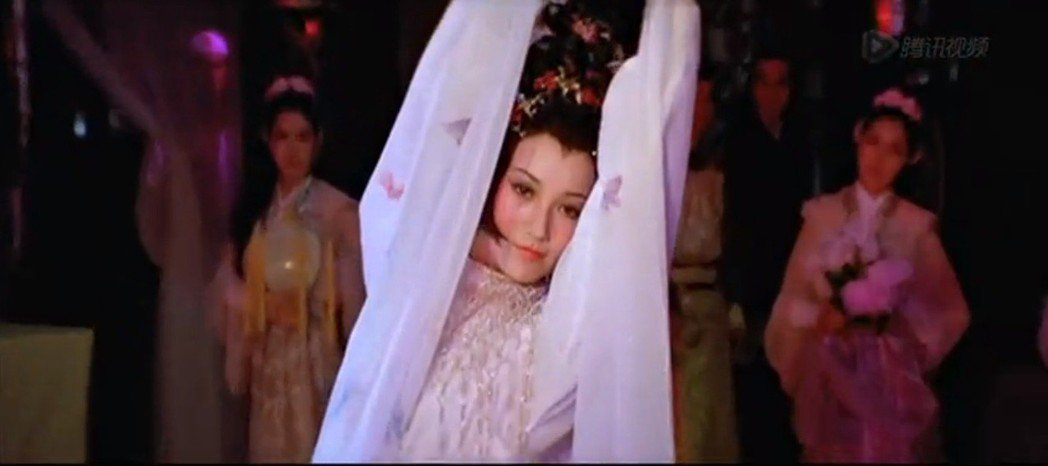 「英雄無淚」中趙雅芝扮演的蝶舞,以勾魂的舞姿著稱。圖/擷自YouTube