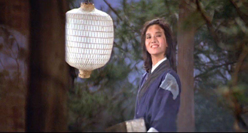 趙雅芝在「英雄無淚」也有假扮成小叫化子的俏皮演出。圖/擷自YouTube