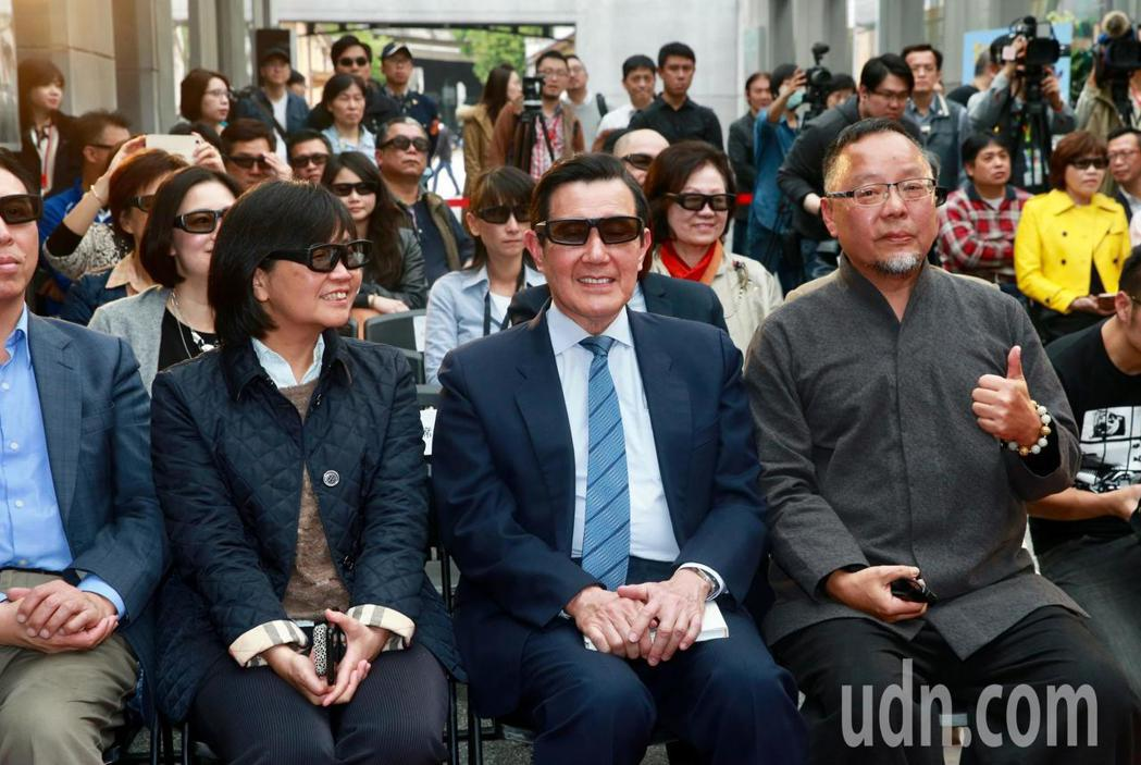 前總統馬英九(中)下午出席「美麗台灣3D行動電影院2018開跑記者會」。記者黃義...