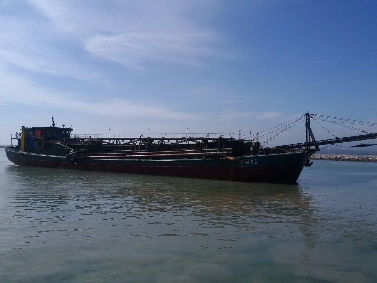 金門地檢署今天表示將拍賣越界抽砂的陸籍抽砂船。本報資料照片