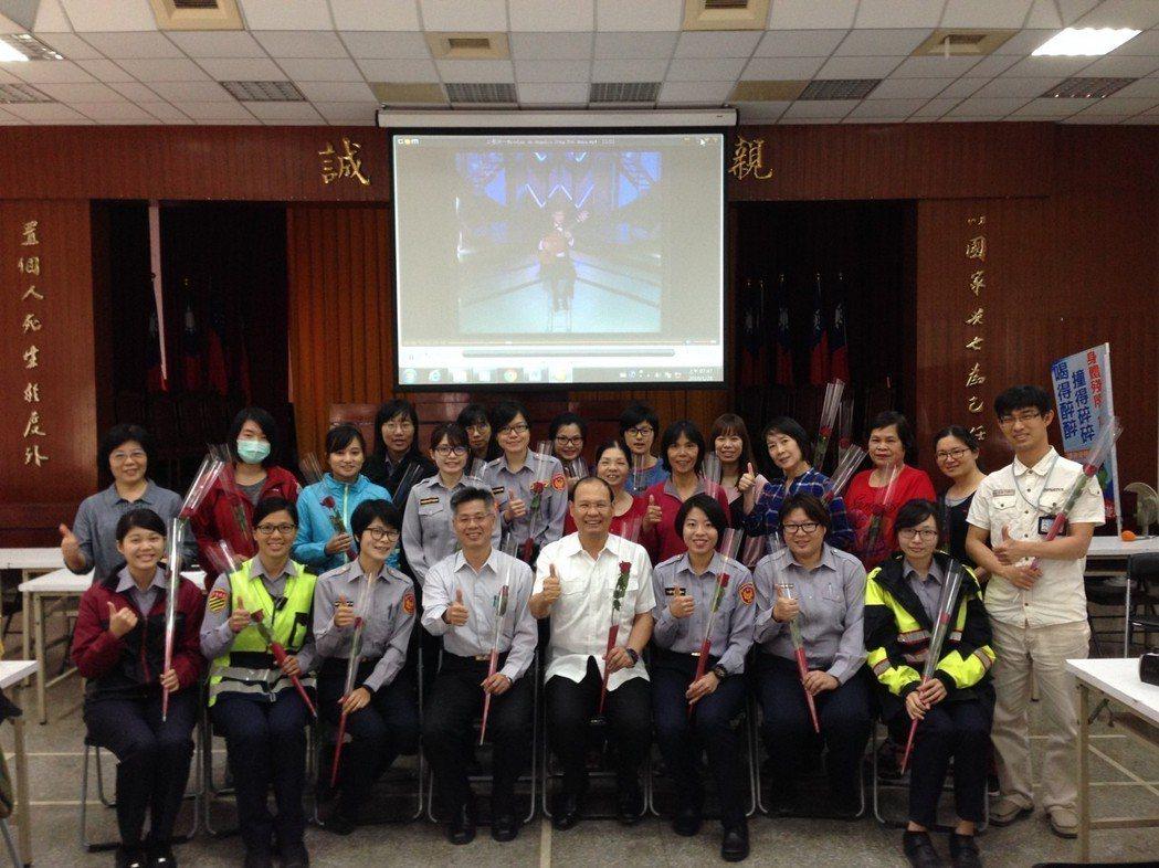 台中市第一警分局長孫太康今天和女警們分享古典音樂,並送花,預祝大家婦女節快樂。記...