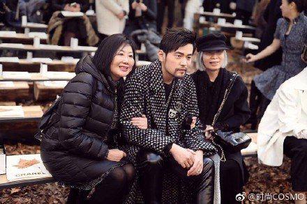 相當孝順的周董此次巴黎時尚秀,也要媽媽與丈母娘一同前往。圖/摘自微博