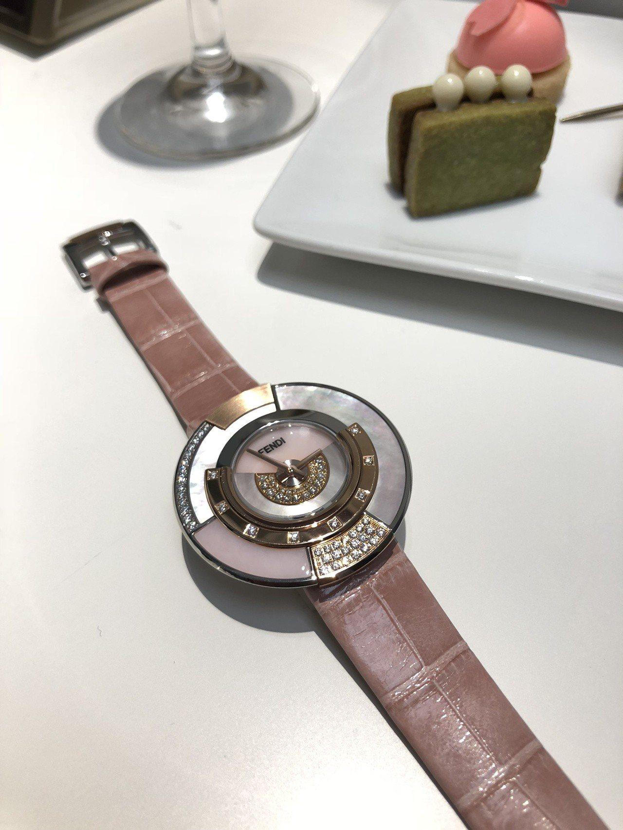 擁有11萬種變化的Policromia系列腕表,有著櫻花粉的新配色,採用半寶石和...