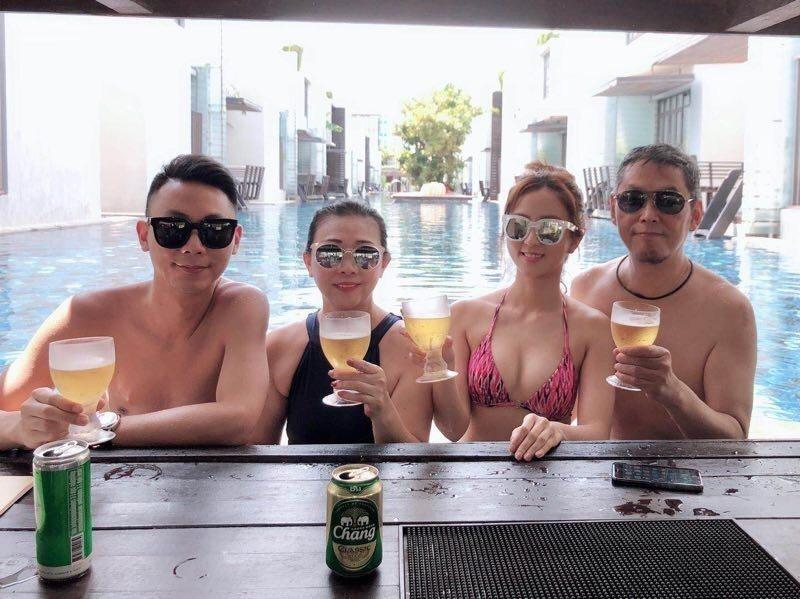 周曉涵(右二)去泰國度假。圖/周曉涵提供