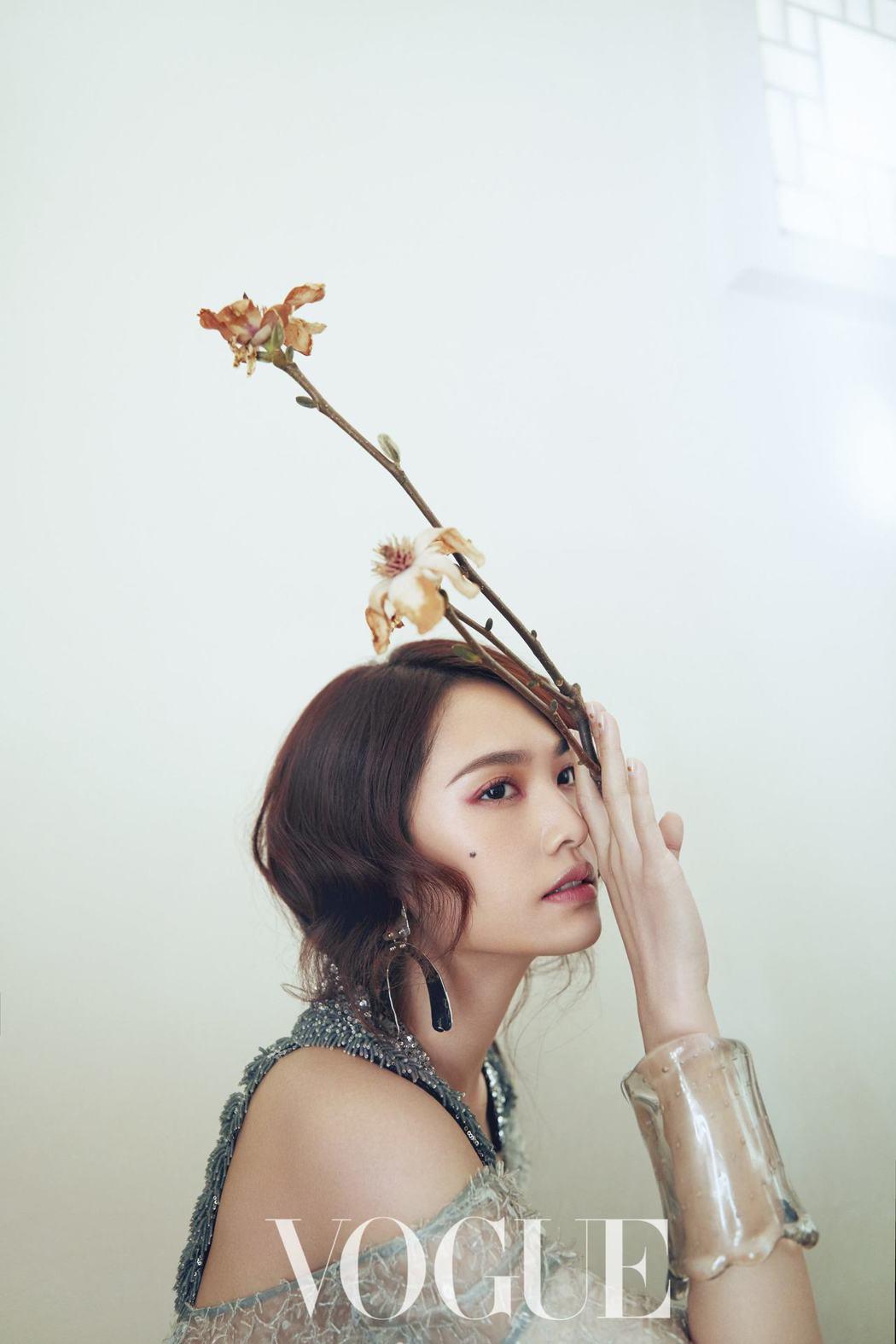 楊丞琳表示,與李榮浩交往後,開始想當個「平凡人」。圖/VOGUE提供