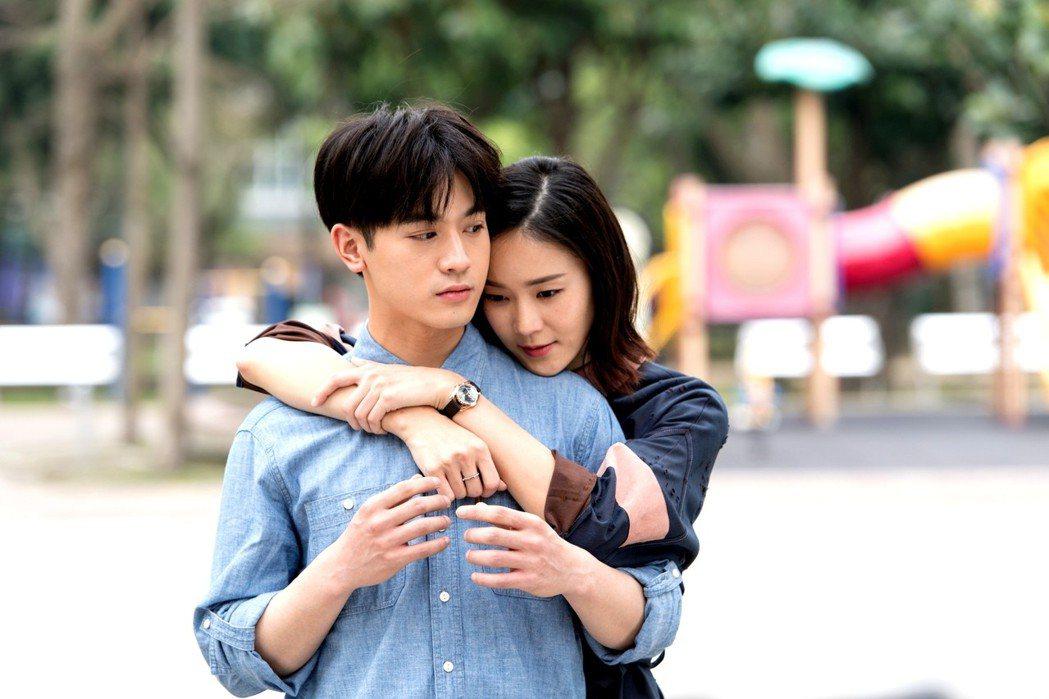 小樂和鍾瑶拍吻戲。圖/三立提供