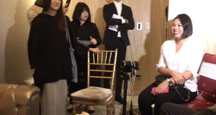 Akemi的親姊姊(右一)在記者會旁聆聽妹妹受訪,一開口說的是葡語。記者葉君遠/...