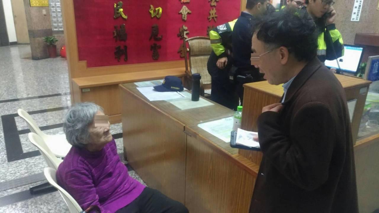 老婦的兒子趕到派出所接回母親。記者蕭雅娟/翻攝