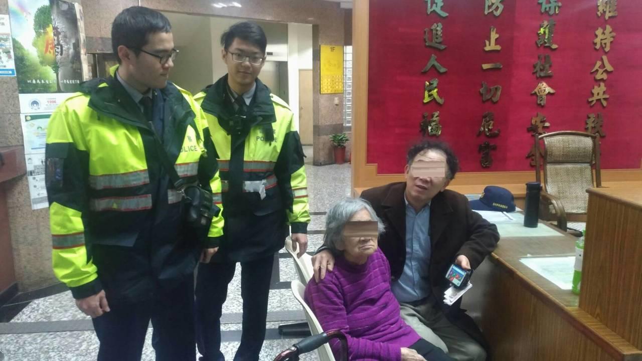 警方協助迷途婦人返家。記者蕭雅娟/翻攝